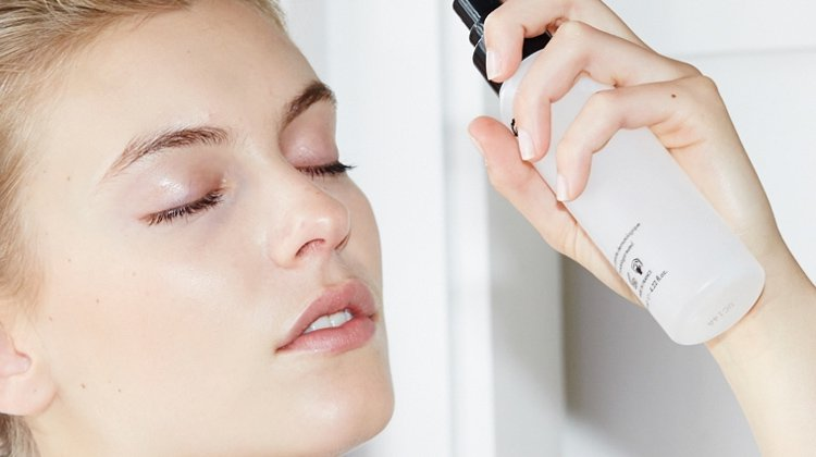 Doing the Makeup Setting Spray the Right Way
